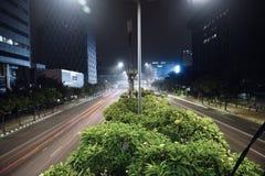 在城市高速公路的明亮的快行交通 免版税图库摄影