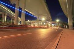 在城市高速公路高架桥之下的光线索 免版税库存图片