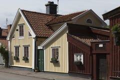 在城市,卡尔马瑞典中间的一个老木房子 库存照片