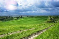 在城市-农村风景之外-在领域的一台老风车 免版税图库摄影