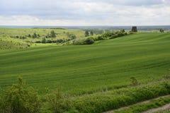 在城市-农村风景之外-在领域的一台老风车 免版税库存图片
