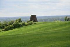 在城市-农村风景之外-在领域的一台老风车 图库摄影