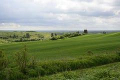 在城市-农村风景之外-在领域的一台老风车 库存图片