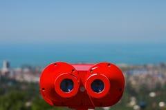 在城市巴统的全景的红色投入硬币后自动操作的双筒望远镜从屋顶平台的在有蓝天bac的黑海 库存图片