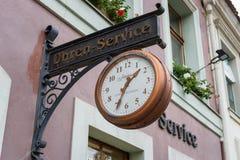 在城市Alt Markt的历史部分的一标志`手表和时钟修理` 图库摄影
