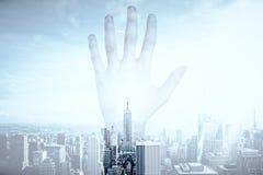 在城市backgropund的手 向量例证