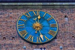 在城镇厅塔的时钟在克拉科夫特写镜头的,波兰大广场 免版税库存照片