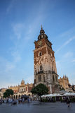在城镇厅塔的落日在集市广场在克拉科夫波兰 库存照片