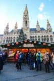 在城镇厅的圣诞节市场在维也纳,奥地利 免版税库存图片