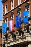 在城镇厅,力耶卡市,克罗地亚门面的各种各样的旗子  库存照片