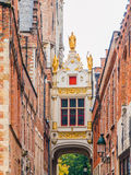 在城镇正方形附近跨接在大厦在狭窄的Blinde-Ezelstraat,亦称瞎的驴街道之间的横穿,布鲁日 库存图片