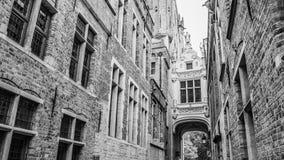 在城镇正方形附近跨接在大厦在狭窄的Blinde-Ezelstraat,亦称瞎的驴街道之间的横穿,布鲁日 库存照片