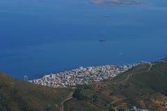 在城镇视图附近的空中海角城市 库存照片