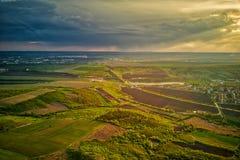 在培养领域的飞行在春天在日落的 免版税库存照片