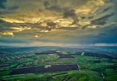 在培养领域的飞行在春天在日落的 免版税图库摄影