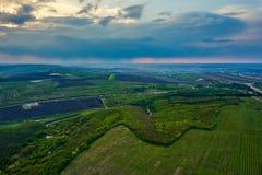 在培养领域的飞行在春天在日落的 图库摄影