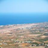 在基克拉泽斯希腊santorini欧洲天空海和村庄从 库存照片
