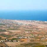 在基克拉泽斯希腊santorini欧洲天空海和村庄从 免版税库存图片