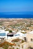 在基克拉泽斯希腊santorini海和村庄从小山 图库摄影