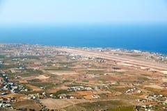 在基克拉泽斯santorini天空海和村庄从小山 库存照片