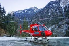 在基地的红色直升机在瑞士阿尔卑斯 免版税库存照片