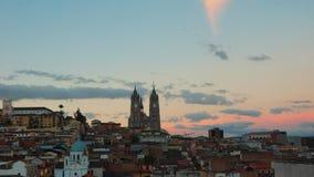 在基多的历史的中心的日落有大教堂del的沃托Nacional在背景中 它 免版税库存照片