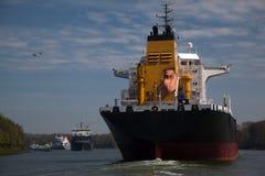 在基尔运河的大船 免版税库存图片