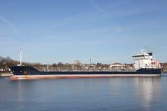 在基尔运河的货轮 免版税库存图片