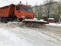 在基希纳乌街道上的Kamaz除雪机在以后的大雪 免版税图库摄影