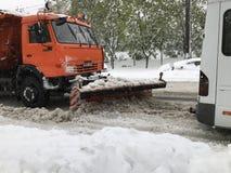 在基希纳乌街道上的Kamaz除雪机在以后的大雪 免版税库存照片