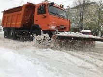 在基希纳乌街道上的Kamaz除雪机在以后的大雪 库存图片