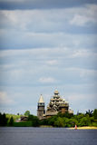 在基日岛海岛上的传统木俄国教会  免版税库存照片