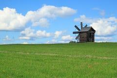 在基日岛海岛上的木风车 免版税库存照片