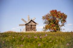 在基日岛海岛上的风车 秋天 免版税库存图片
