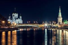 在基督大教堂的夜视图莫斯科河的救主在夏天 免版税图库摄影