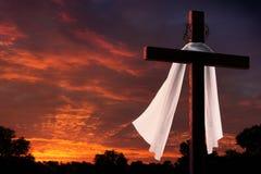 在基督徒复活节早晨十字架的剧烈的照明设备在日出 库存图片
