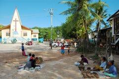 在基督教会大厦附近的村庄市场 免版税库存照片