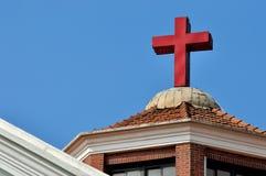 在基督教会屋顶的交叉 免版税图库摄影