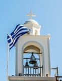 在基督教会的背景的希腊旗子 免版税库存图片