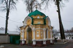在基督教会附近的祈祷的房子 免版税库存图片