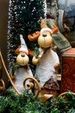在基石的二头滑稽的圣诞节鹿 免版税库存照片