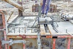 在基础模子的倾吐的钢筋混凝土 免版税图库摄影