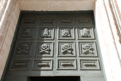 在基耶萨del Purgatorio,马泰拉的门细节 免版税库存照片