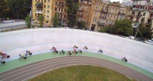 在基辅自行车赛车道骑自行车者的室内自行车赛场束自行车赛鸟瞰图的联合利华 股票视频