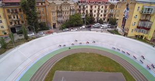在基辅自行车赛车道骑自行车者的室内自行车赛场束自行车赛鸟瞰图的Uci 股票录像