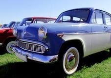 在基辅街道上的老蓝色汽车反对天空蔚蓝的 库存图片