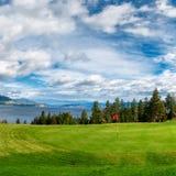 在基隆拿路BC湖岸Okanagan谷的高尔夫球发球区域 免版税库存图片