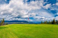 在基隆拿路BC湖岸Okanagan谷的高尔夫球发球区域 免版税库存照片