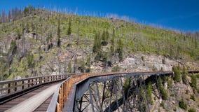 在基隆拿,加拿大附近训练在水壶谷铁路的支架 免版税图库摄影