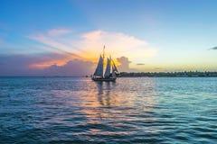在基韦斯特岛的日落有帆船的 库存照片